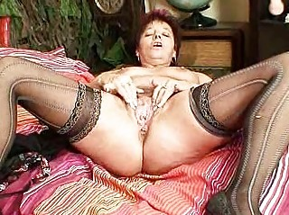 mature amateur mommy squeezing her snatch muscles