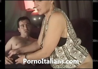milf italiana maiala scopata sul divano -