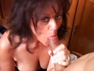beautiful mature hottie gives a blowjob lesson