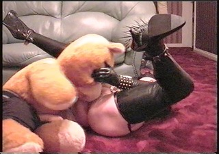 miss rubber acquires teddy to lick her pussy